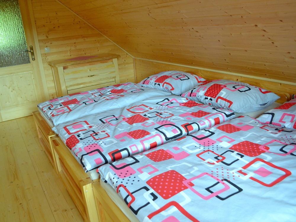 Izba na poschodí - 3 postele, pohľad od okna | Chata Kukulienka