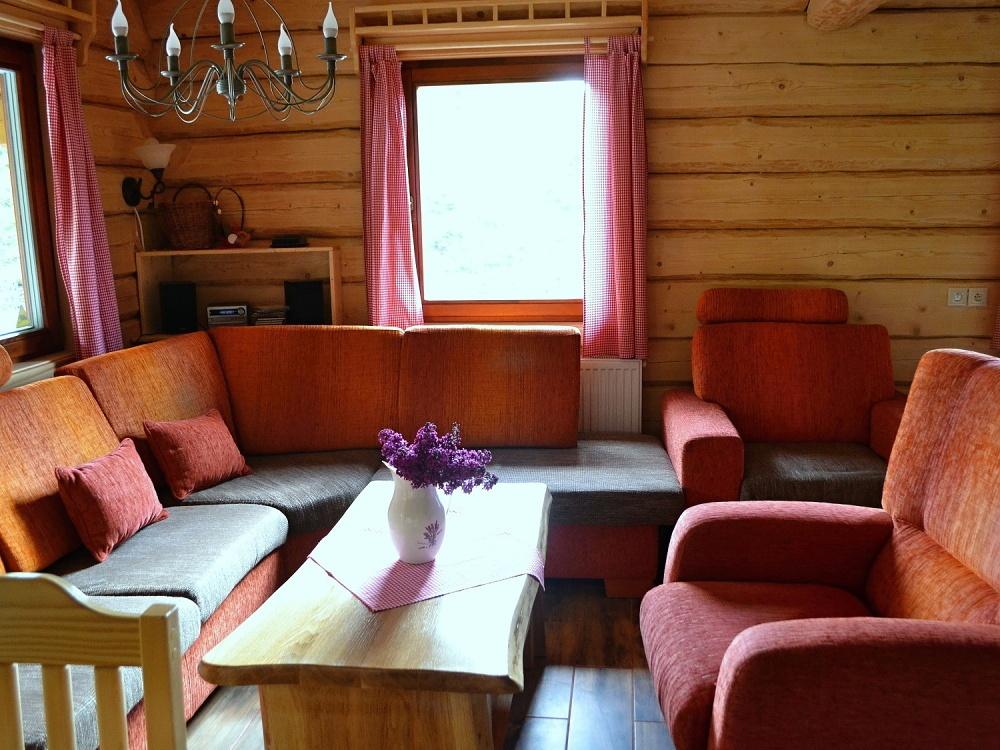 Obývačka so sedačkou, pohľad spredu | Chata Kukulienka