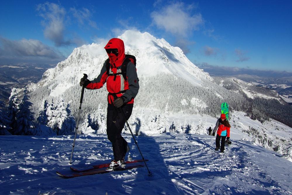 Malá Fatra je ideálnym miestom pre skialpové túry. Táto vedie na Stoh s výhľadom na Veľký Rozsutec.